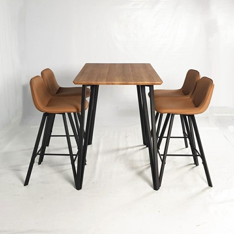 hoher Holztisch Metallbeine Stühle