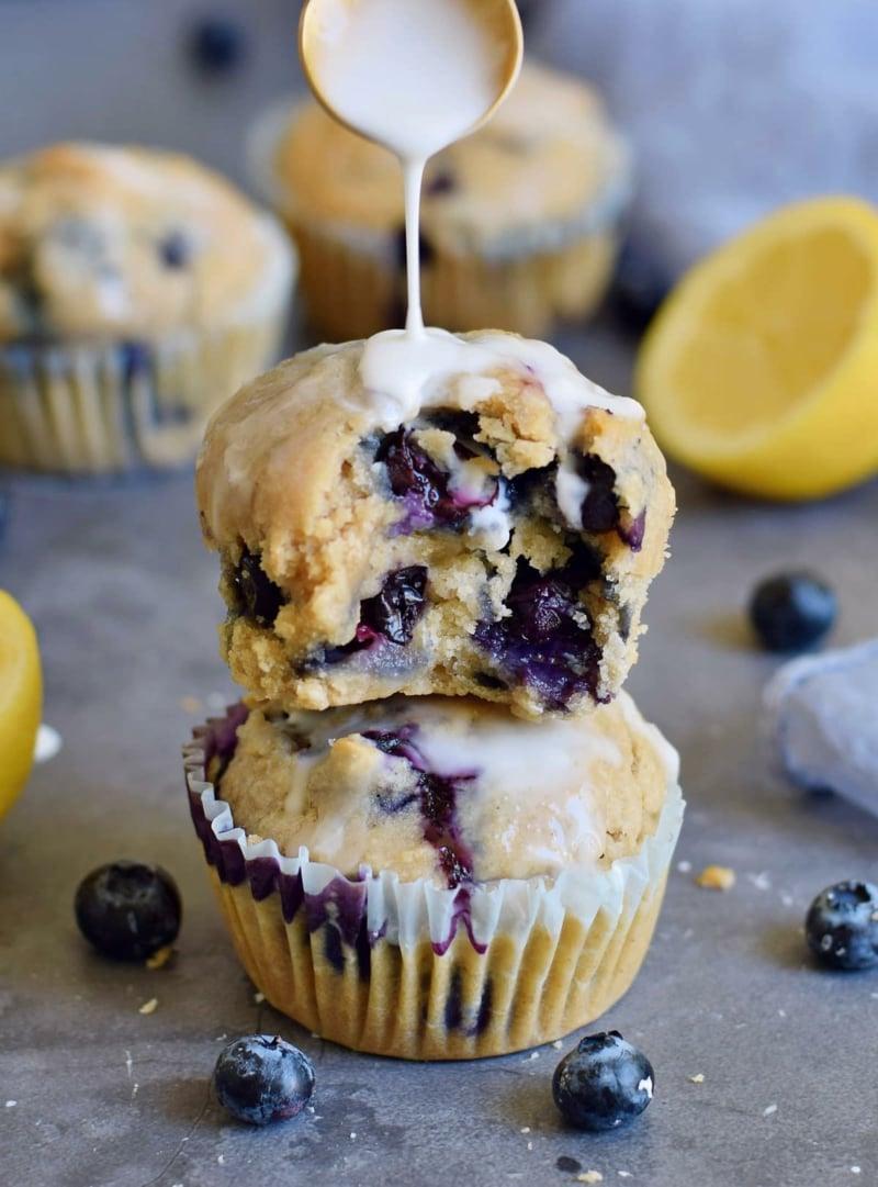 Muffins mit Zuckerguss garnieren
