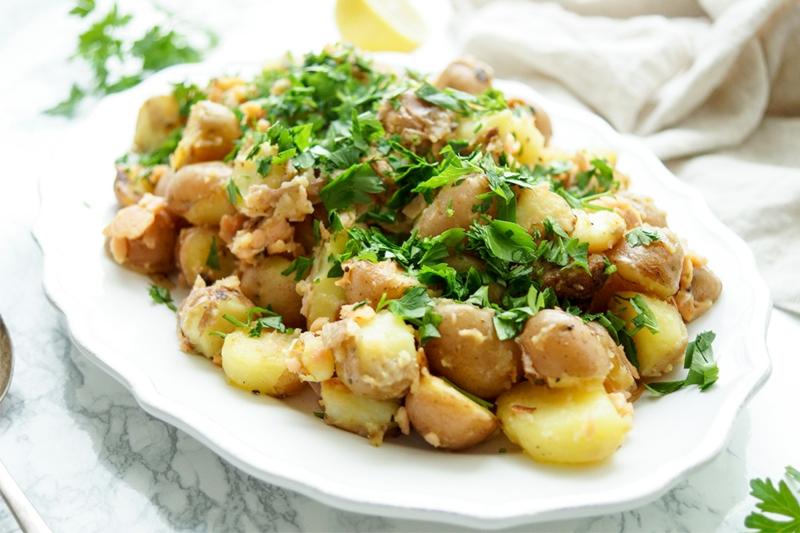 Bratkartoffeln mit Fisch und Petersilie