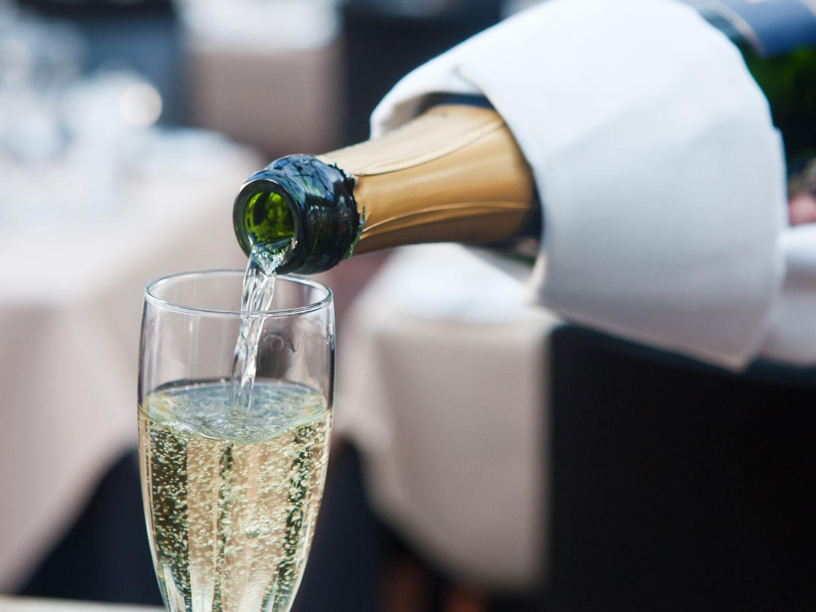 Champagner richtig servieren!