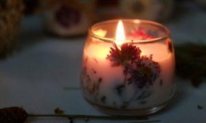 Duft Kerze mit trockenen Blüten