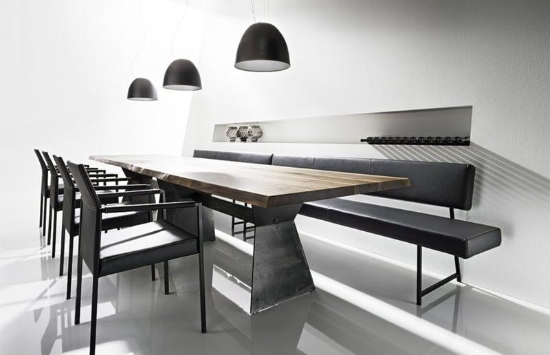 lange Lederbank Esstisch minimalistisches Interieur
