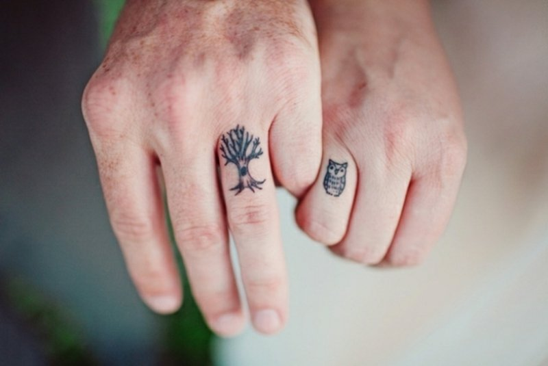 coole Fingertattoos Liebespaar