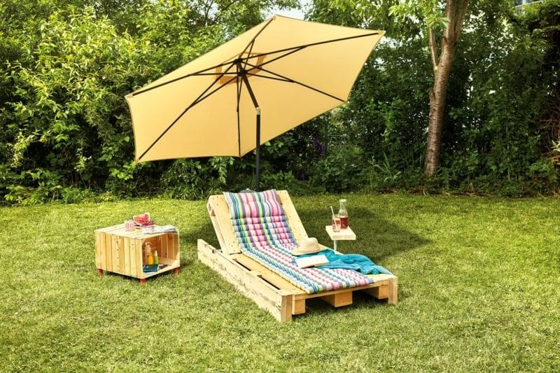 Gartenliege selber bauen mit Sonnenschirm