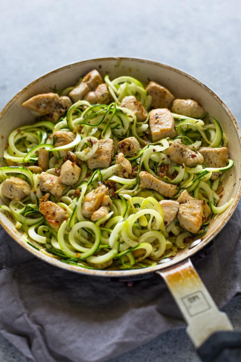 Gemüsepfanne mit Hähnchen und Zucchini