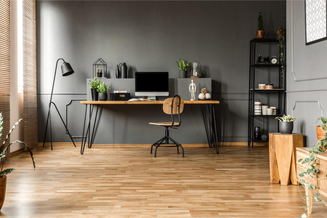 Eine Home-Office Einrichtung mit Holzakzenten und dunkle Wände