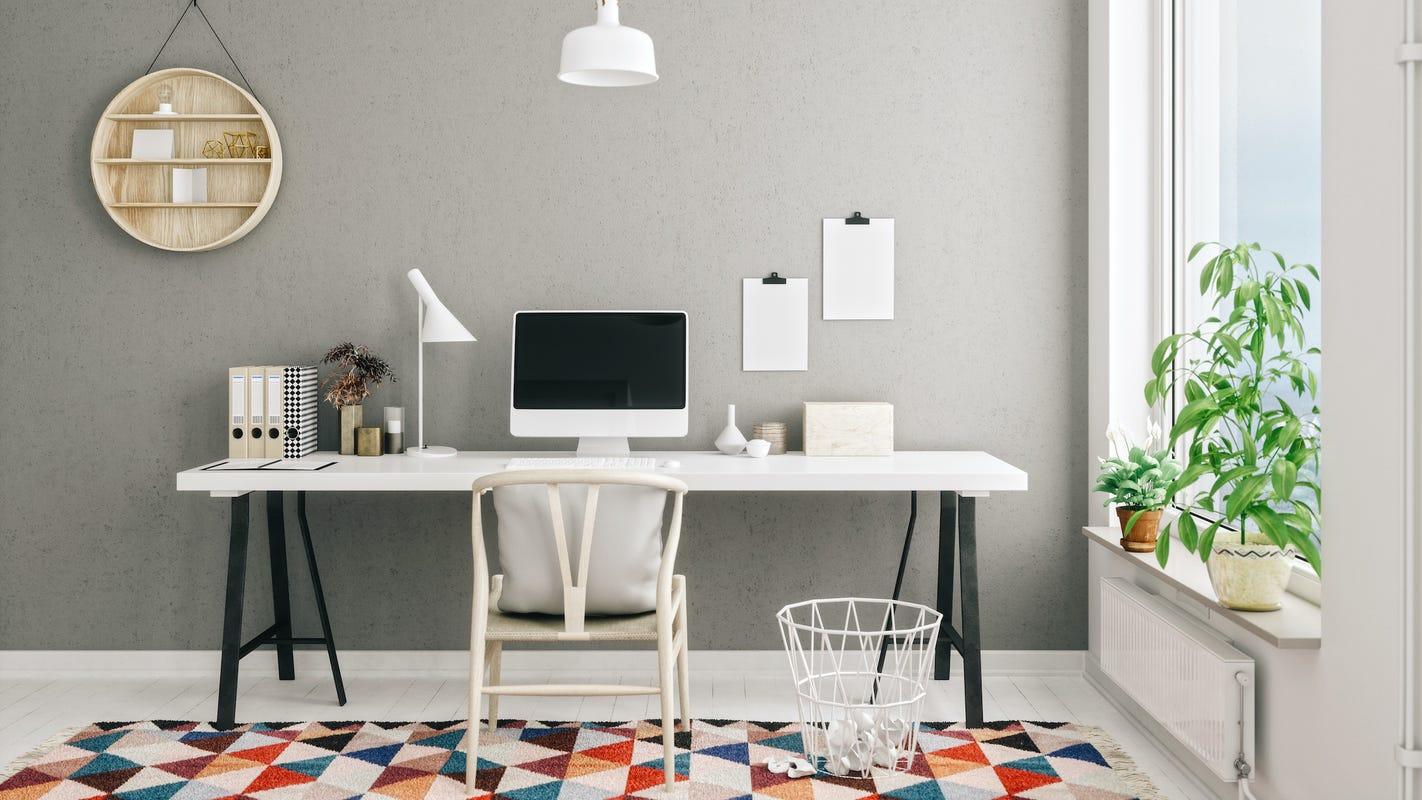 Helles Home-Office mit bunten Akzenten