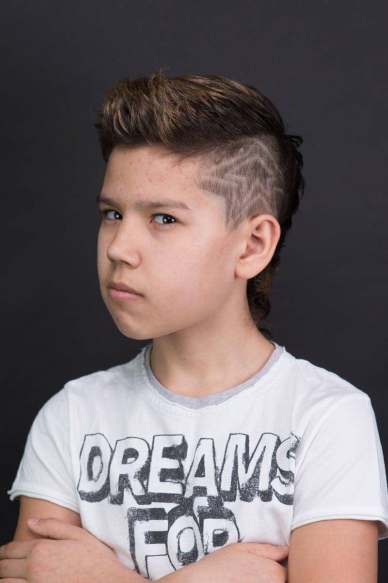 extravaganter Irokesenschnitt mit Muster Junge