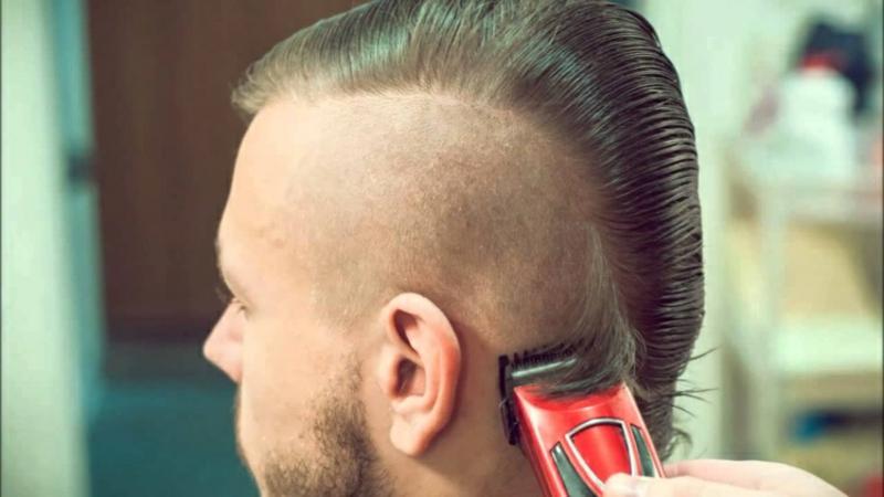 Irokesenschnitt Haare an den Seiten rasieren