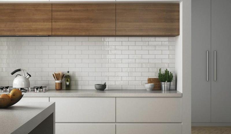 Kücheneinrichtung weiße Fronten Holzmöbel