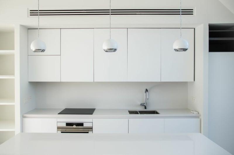 weiße Kücheneinrichtung minimalistisch