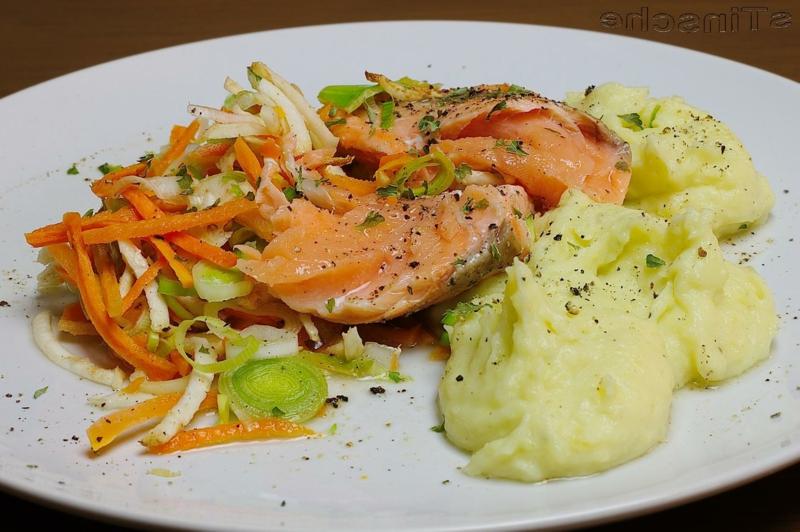 Lachs mit Kartoffelpüree und frischem Salat