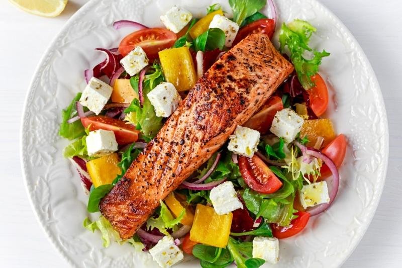 Salat mit Lachs und Feta