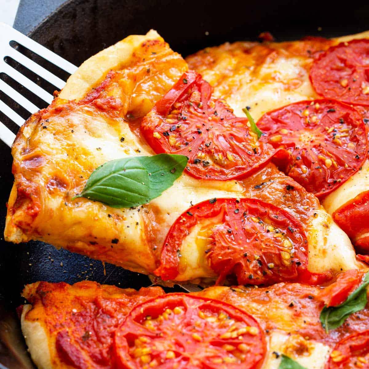 Pizza mit Käse und Tomaten