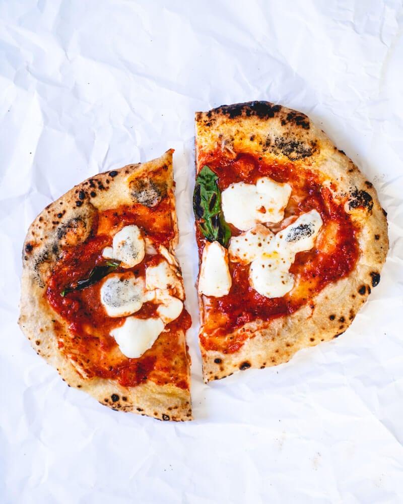Pizza Margherita essen