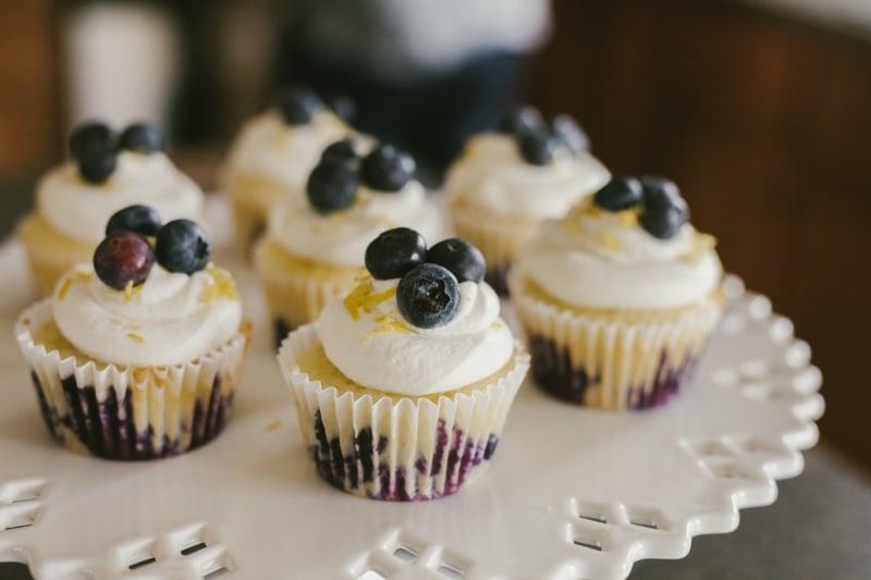 Muffins mit Glasur und geriebene Zitronenschalen