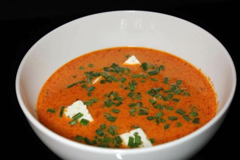 Suppe aus Paprika mit Petersilie servieren