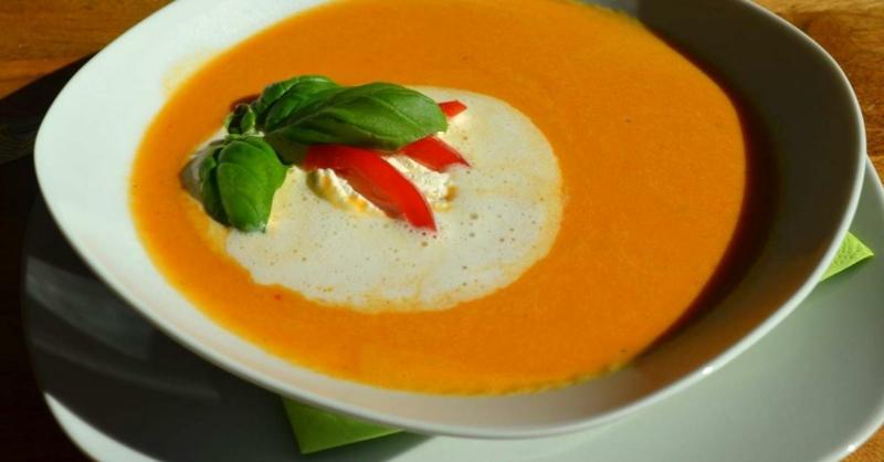 Cremesuppe mit Paprika, Basilikum und Schlagsahne