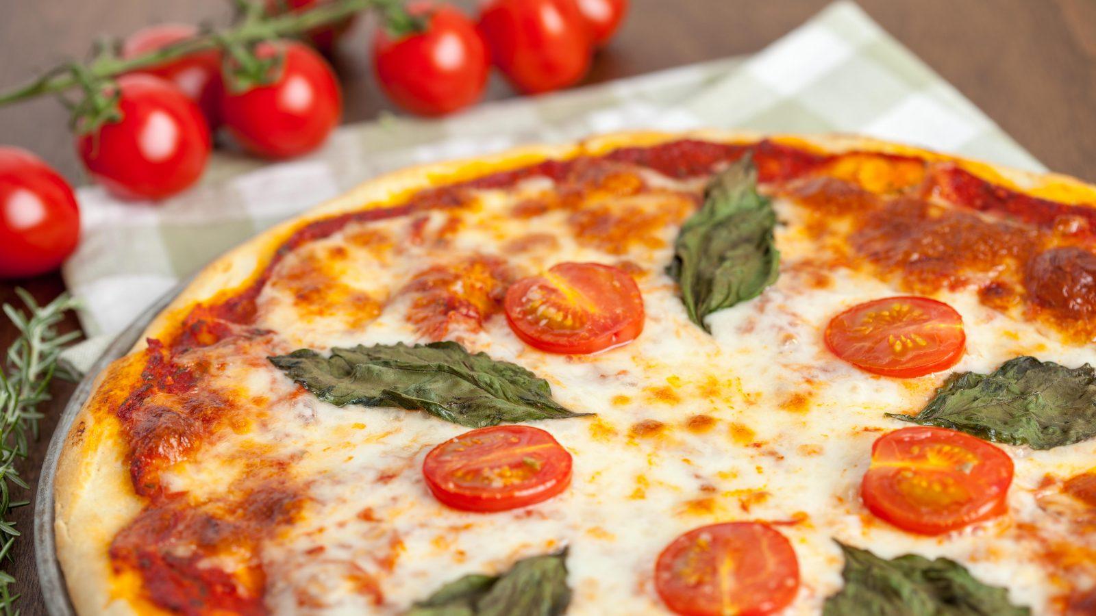 Margherita mit Baslikum und Tomaten