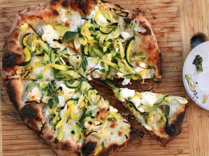vegetarische Pizza mit Zucchini
