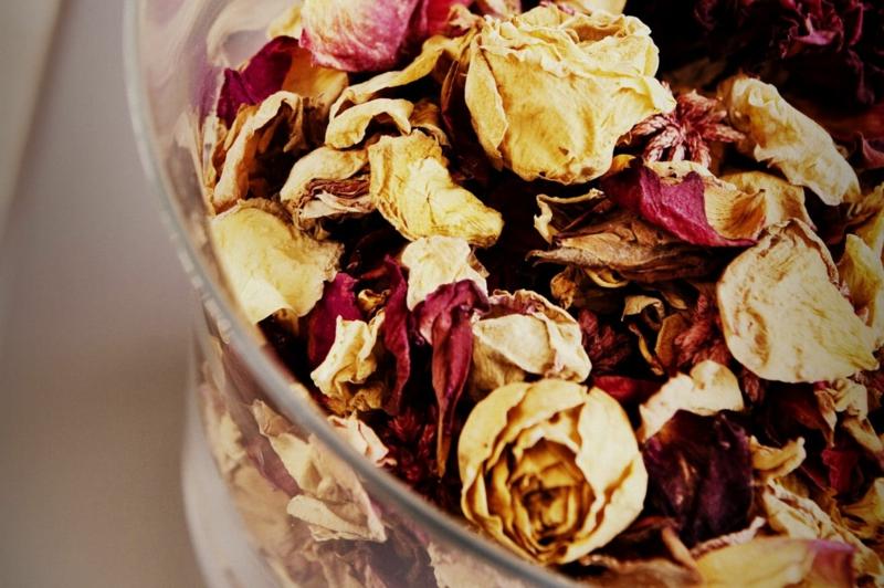 Raumduft zubereiten getrocknete Rosen
