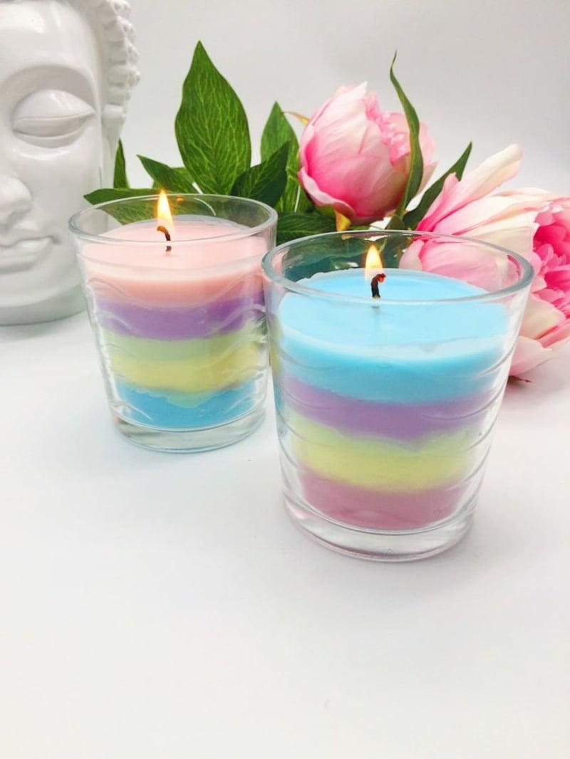 Kerzen in Regenbogenfarben