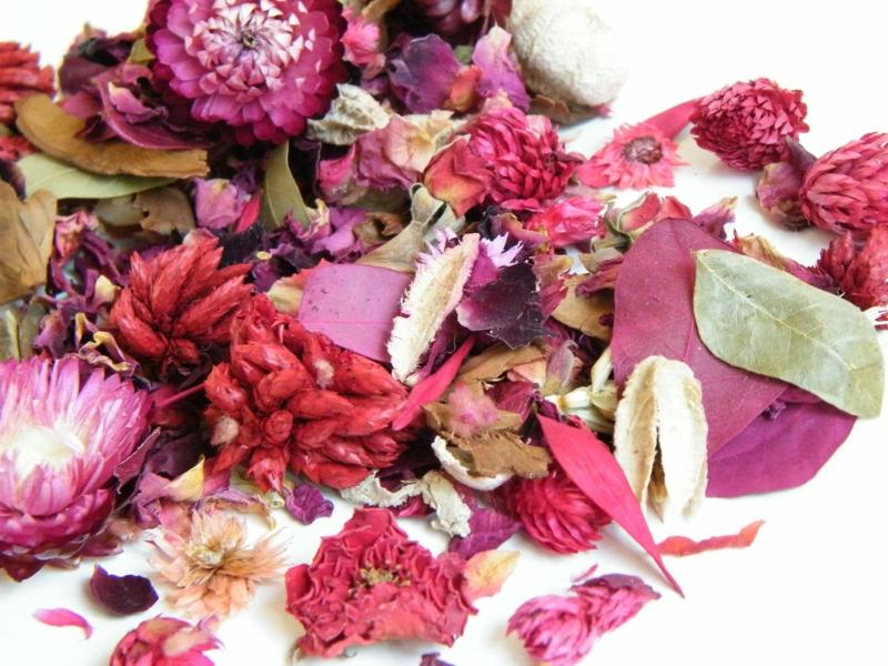 Raumduft machen mit getrockneten Blumen