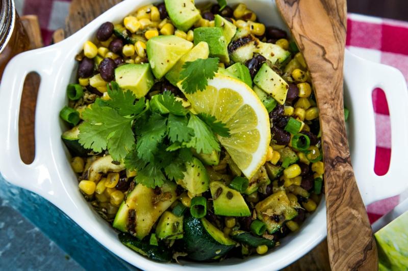 Salat mit Avocado und schwarze Bohnen gesund