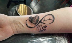 Tattoos für Frauen ab 50 Unendlichkeitszeichen Fingerabdrücke