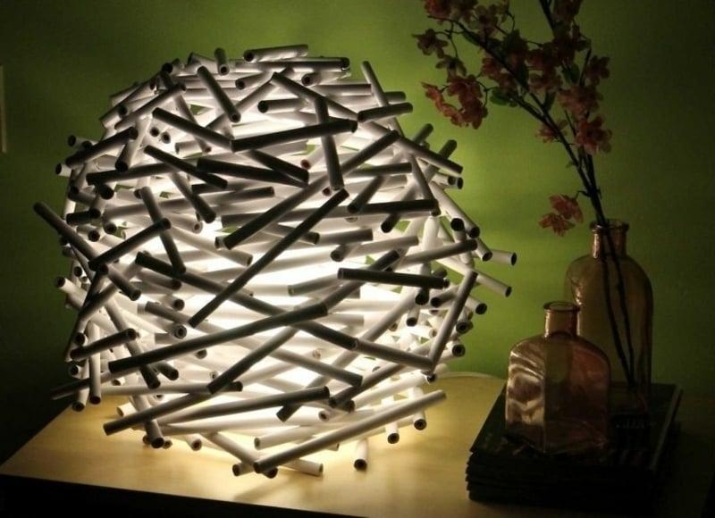 originelle Tischlampe Plastikröhre