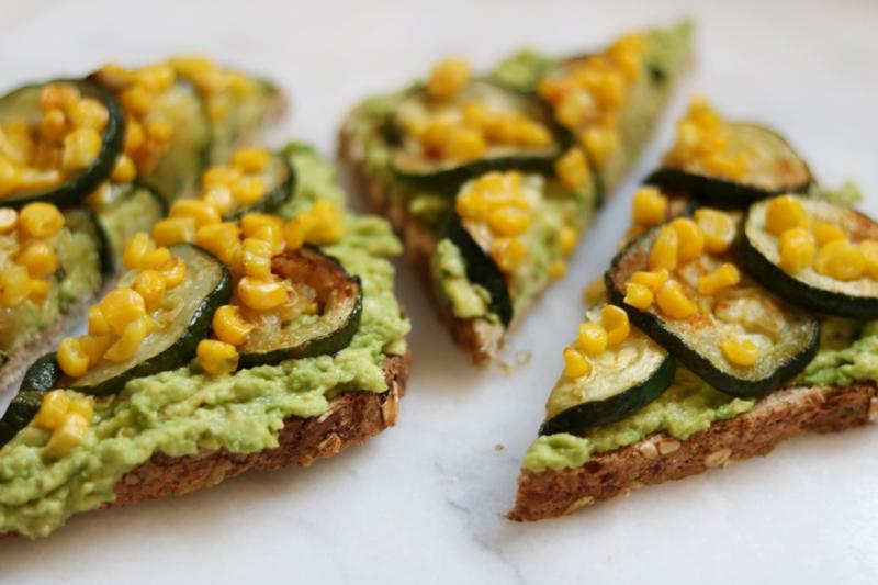 Sandwiches mit Avocadocreme und Mais