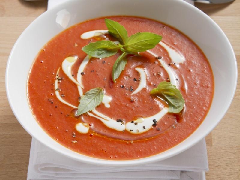 Tomatensuppe mit Sahne und Basilikum