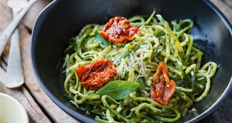 Zucchini Avocado Pasta mit getrockneten Tomaten