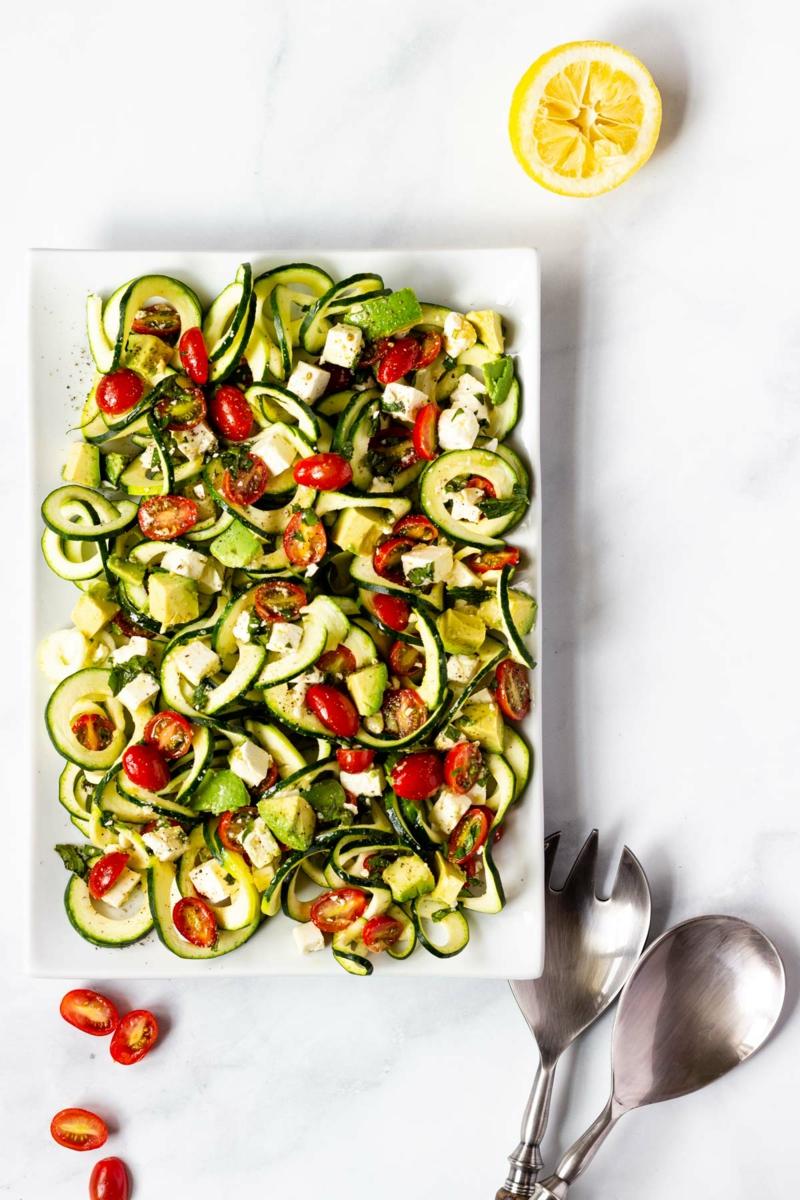 Salat aus Zucchini und Tomaten gesund