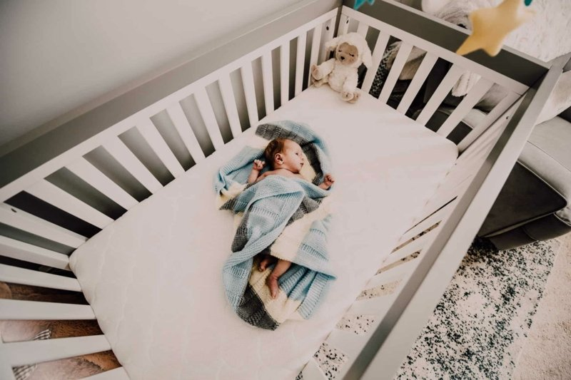 klassisches Babybett mit Gittern