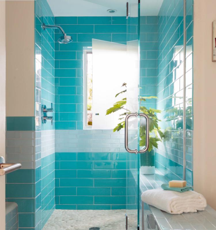 Dusche vor Fenster blaueBadfliesen