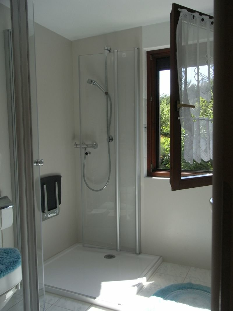 Dusche vor Fenster das Bad lüften