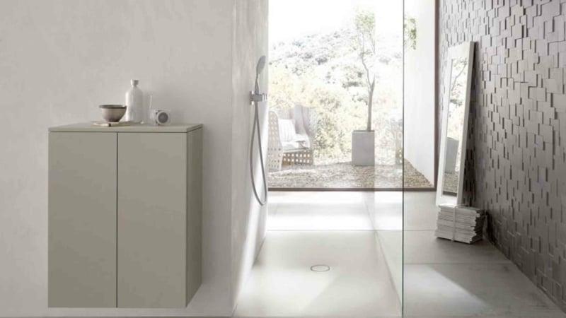 Dusche vor Fenster minimalistisches Bad