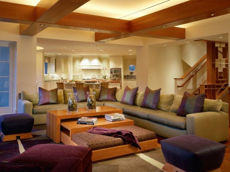 luxuriöses Wohnzimmer mit langem Sofa