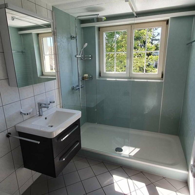Dusche vor Fenster kleines Bad