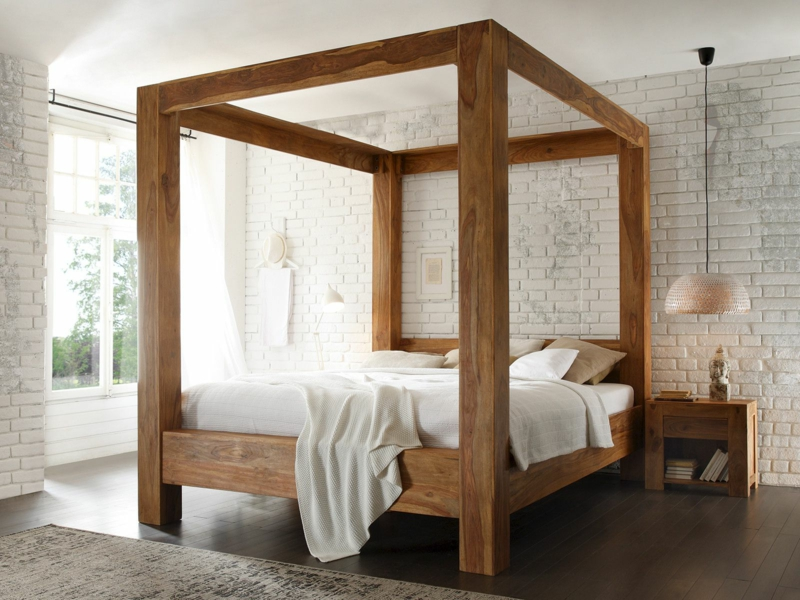 Bett mit massivem Holzgestell