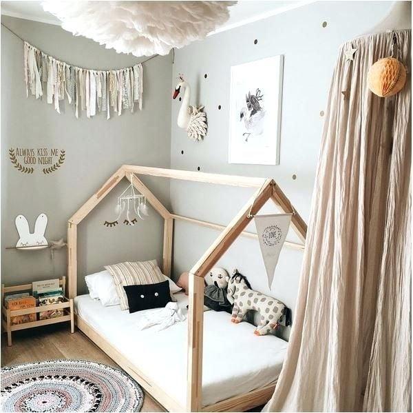Kinderbett, gestaltet wie Häuschen