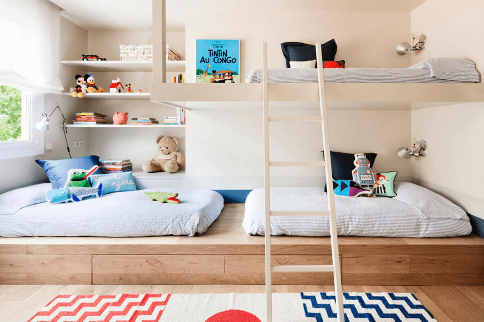 Kinderbett auf zwei Stöcke
