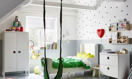 Ein modernes Kinderbett in weiß