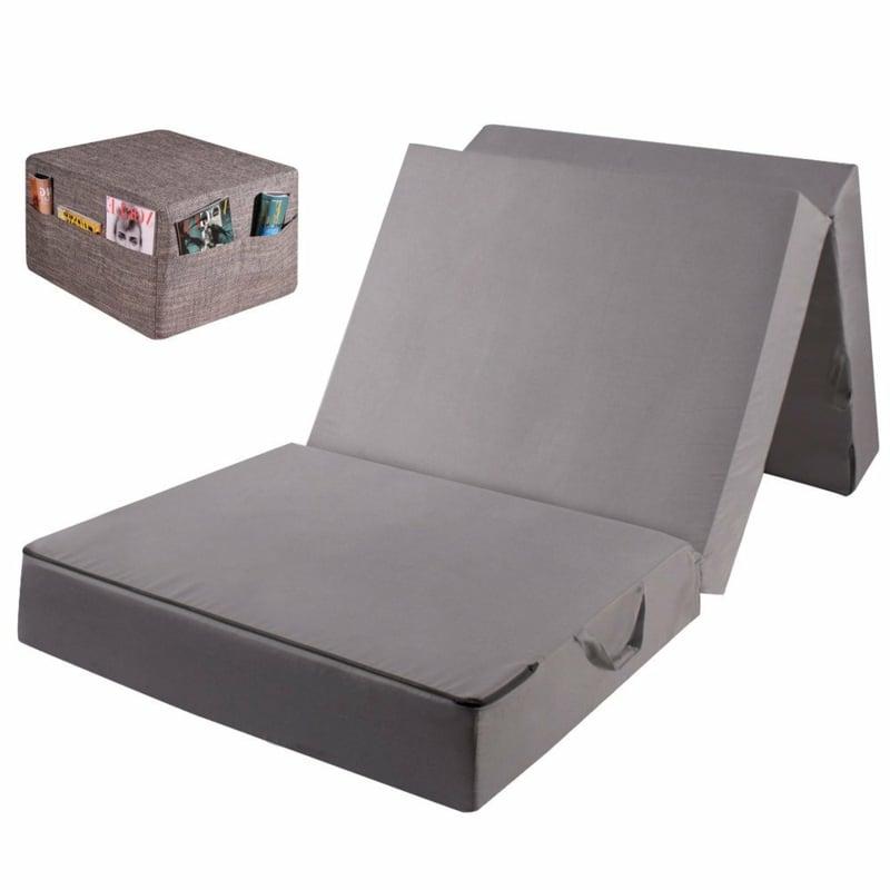 graue Klappmatratze wie einen Koffer tragen