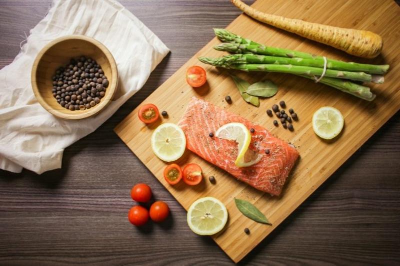 gesunde Nahrungsmittel Lachs und Spargel