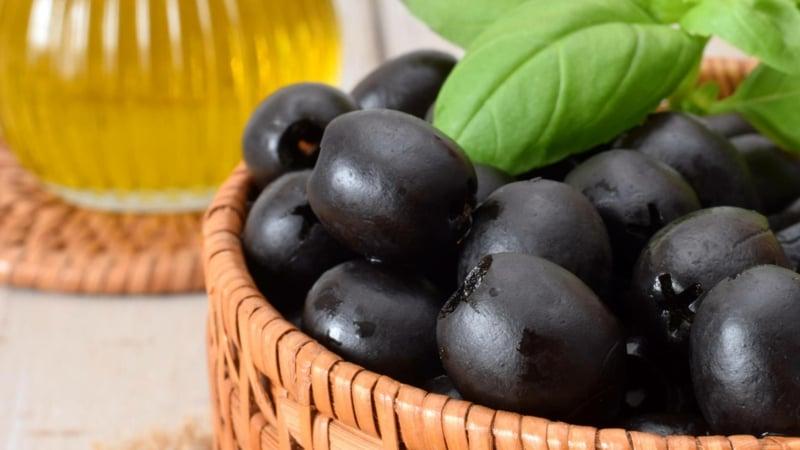 Schopska Salat mit schwarzen Oliven