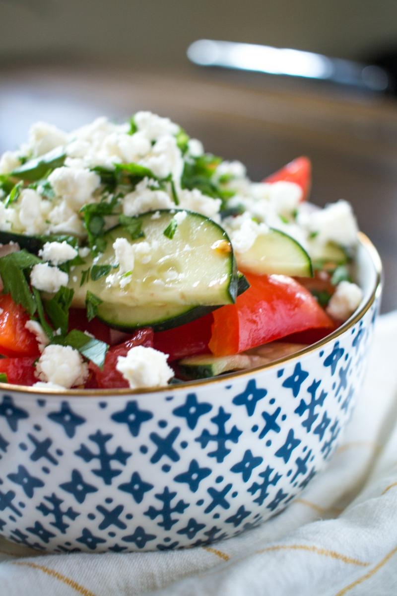 Schopska Salat servieren Schüssel