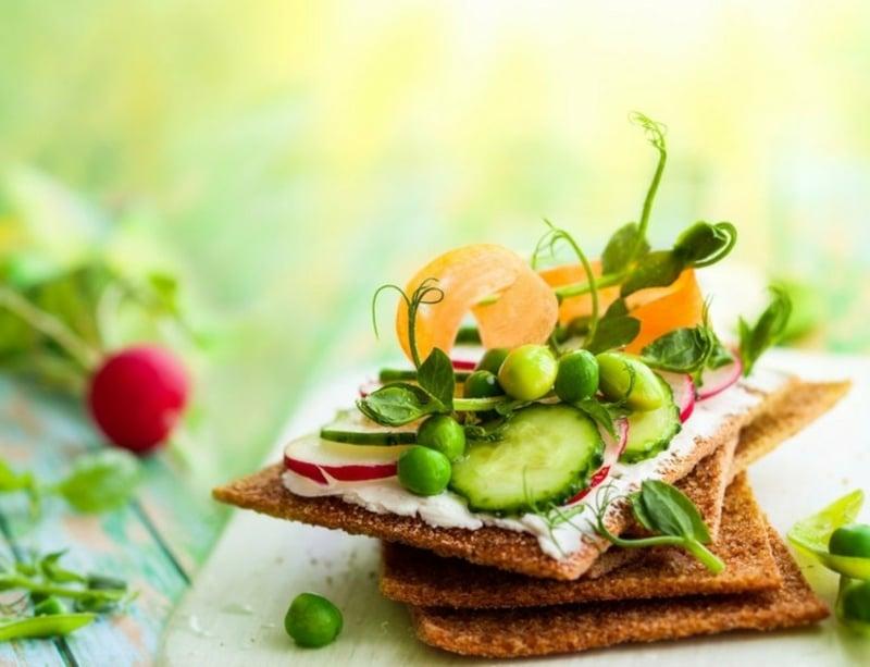 Knäckbrot mit Gemüse lecker