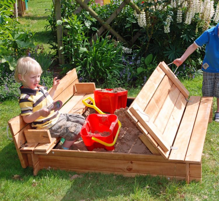 Sandkasten mit Holzdeckel originelle Idee